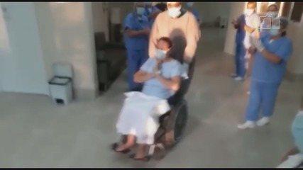 Coronavírus: paciente é aplaudida após receber alta de hospital de Jaboticabal, SP