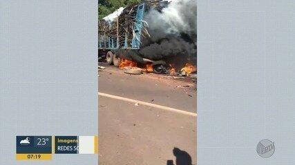 Motociclistas morrem carbonizados após batida com caminhão de cana
