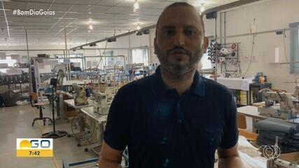 Dono de confecção produz máscaras cirúrgicas para doação em Jaraguá