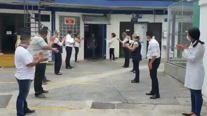 Equipes de hospital aplaudem colegas em troca de turno, no ABC paulista