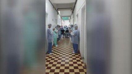 Equipe médica faz homenagem para casal em Santos (SP)