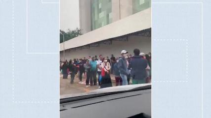 Fila aglomera pessoas no acesso ao ambulatório do Hospital de Base, no DF