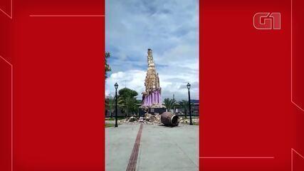 Raio derruba estátua em Maracanaú