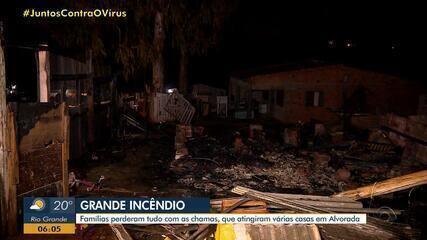 Incêndio atinge casas em Alvorada na madrugada do domingo (19)