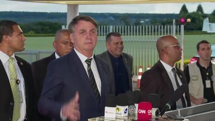 'Não sou coveiro, tá?', diz Bolsonaro ao ser questionado sobre mortes por coronavírus