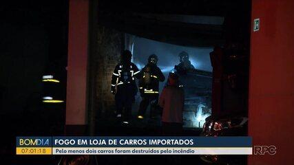 Loja de carros importados em Curitiba tem estrutura destruída por incêndio