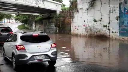 Chuva deixa ponto de alagamento embaixo do viaduto da Via Expressa na Raul Barbosa