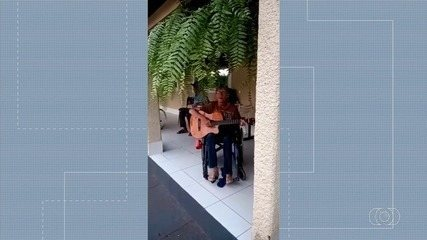 Asilo monta palco com shows de serenata para animar quarentena de idosos, em Rio Verde