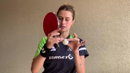 Bruna Takahashi explica a mágica para jogar tênis de mesa sozinha na quarentena