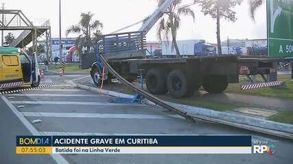 Motorista de caminhão morre depois de bater em poste em Curitiba