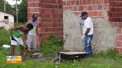 Sem futebol, jogadores do Ipojuca erguem casas para famílias carentes