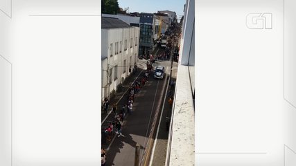 Dezenas de pessoas formam fila na agência da Caixa de Castro