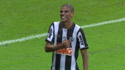 Gol do Atlético-MG! Bernard cruza, e Léo Silva cabeceia, aos 42 do 2ºT
