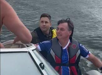 Presidente Jair Bolsonaro passeia de moto aquática no Lago Paranoá, em Brasília