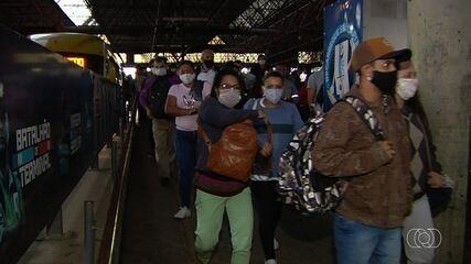 Passageiros reclamam de superlotação e demora de ônibus durante pandemia do coronavírus