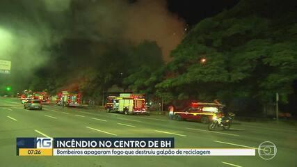 Bombeiros apagam fogo que destruiu galpão de reciclagem