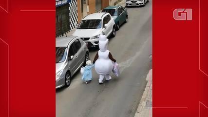 Pai e filha usam fantasias para levar lixo na Espanha durante isolamento