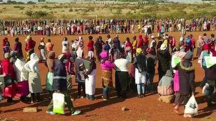 Multidão faz fila em busca de comida na África do Sul