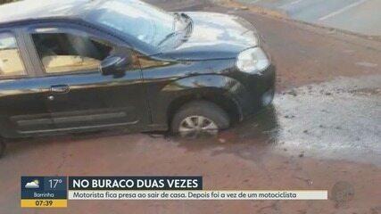 Carro cai em buraco aberto por vazamento em Ribeirão Preto, SP