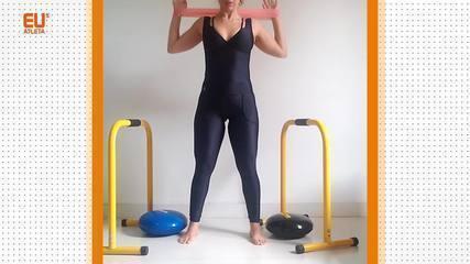 A personal trainer Tati Trotta demonstra exercícios com miniband