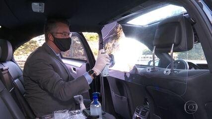 Taxistas e motoristas de aplicativo usam placas como barreira contra a Covid-19