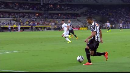 Douglas Santos cruza, e Maicosuel quase marca, aos 6 do 2T