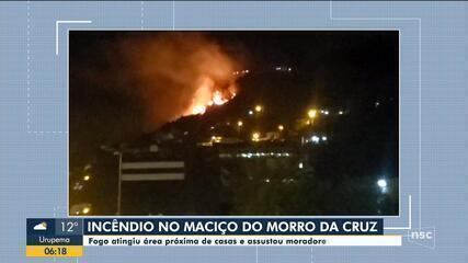 Área de mata próximo a comunidades do Centro de Florianópolis é atingida por incêndio