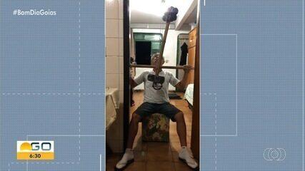 Veja como idoso faz exercícios em casa durante pandemia em Goiás