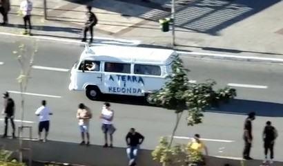 """Manifestante passeia com kombi no Largo da Batata escrito """"a terra é redonda"""""""