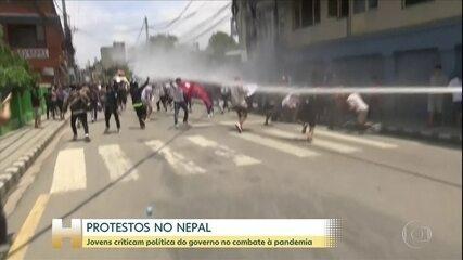 Jovens protestam contra política do governo do Nepal no combate à pandemia