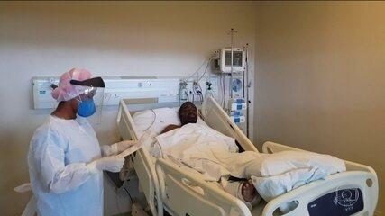 Enfermeiras do hospital da Unicamp leem cartas de parentes para pacientes com covid-19