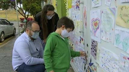 Alunos de Boituva penduram desenhos com mensagens de esperança em portão de escola