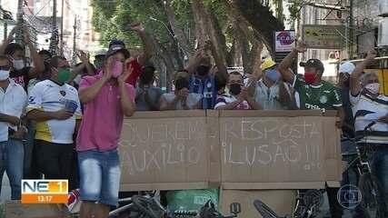 Grupo faz protesto em frente à Defensoria Pública, no Recife