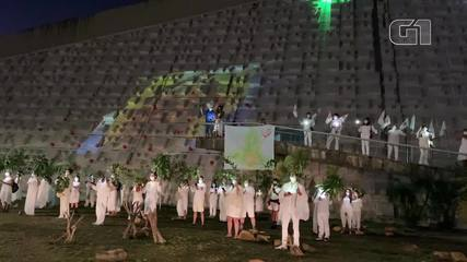 """Artistas do DF fazem homenagem aos povos indígenas e lembram mortes por Covid-19, durante performance """"Quem partiu é o amor de alguém"""""""