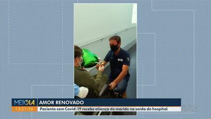 Paciente com Covid-19 recebe aliança do marido na saída do hospital