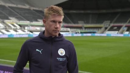 """Steve Bruce, técnico do Newcastle, brinca com craque De Bruyne, do City: """"Vai ficar aqui"""""""