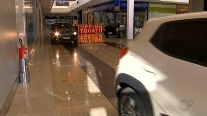 Shopping libera carros nos corredores para drive-thru de compras em Botucatu