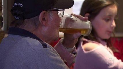"""""""Super sábado"""" na Inglaterra: pubs e cabelereiros ficam lotados na reabertura"""