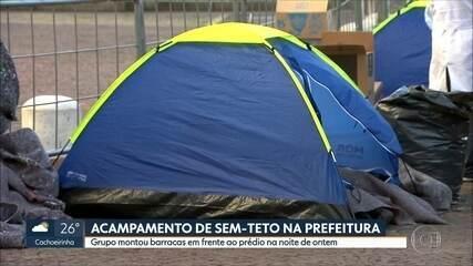 Grupo sem-teto monta acampamento em frente ao prédio da prefeitura de São Paulo