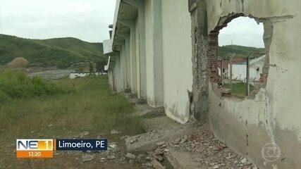 Em Limoeiro, 27 detentos fogem com ajuda de bandidos que explodiram muralha