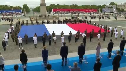 Trabalhadores da saúde são homenageados em cerimônia pela Queda da Bastilha, em Paris