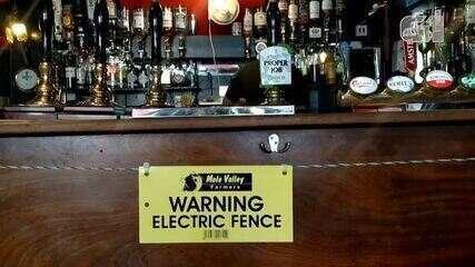Pub britânico usa cerca elétrica para estimular o distanciamento social