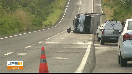 Caminhão tomba após acidente em trecho da BR-230