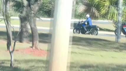 Bolsonaro passeia de moto por brasília
