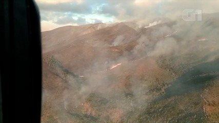 Equipes atuam em combate a incêndio que atinge reserva biológica em Petrópolis há 2 dias