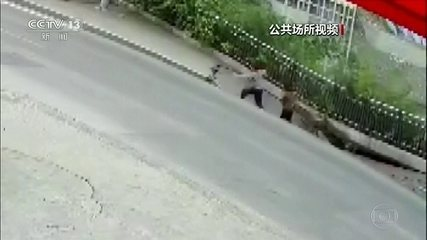 Buraco abre na calçada e engole jovens na China