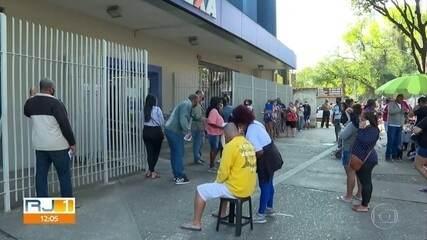 Nascidos em fevereiro e março fazem fila nas agências da Caixa para sacar o auxílio
