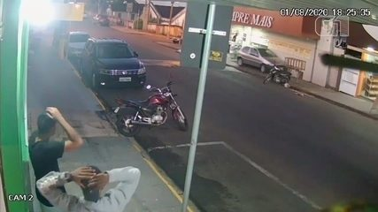Carro desgovernado invade calçada, atropela moradores e atinge muro em Agudos