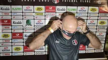 Técnico do Santa Cruz se atrapalha com a máscara e corneta assessoria
