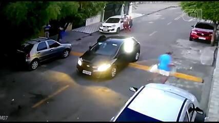 Vídeo mostra homens armados assaltando moradores em Fortaleza